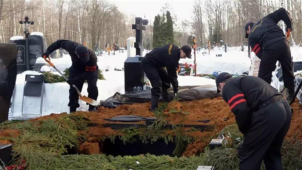 Выкопать могилу на кладбище